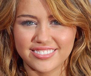 Miley Cyrus mit Tattoo