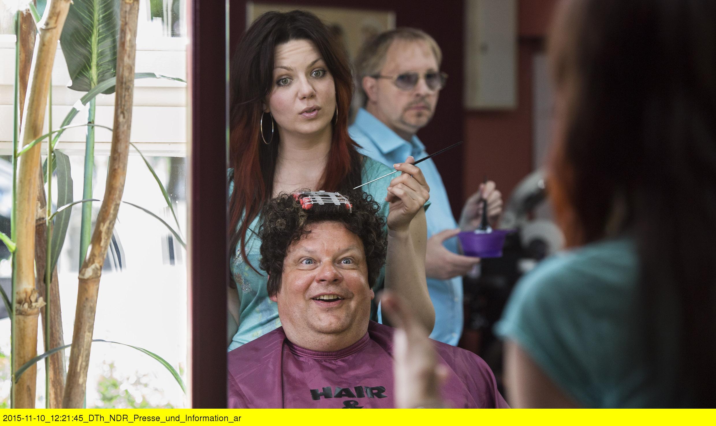 """NDR Fernsehen JENNIFER - SEHNSUCHT NACH WAS BESSERES, """"Die Eventmangerin"""", am Mittwoch (23.12.15) um 22:55 Uhr. Clubbesitzer Mannie Schweers (Ulrich Bähnk) ist Kunde bei """"Hair & Care"""" und Jennifer (Katrin Ingendoh) kümmert sich um ihn. Ihr Chef Dietmar (Olli Dietrich) schaut ihr über die Schulter. © NDR/Georges Pauly, honorarfrei - Verwendung gemäß der AGB im engen inhaltlichen, redaktionellen Zusammenhang mit genannter NDR-Sendung bei Nennung """"Bild: NDR/Georges Pauly"""" (S2). NDR Presse und Information/Fotoredaktion, Tel: 040/4156-2306 oder -2305, pressefoto@ndr.de"""