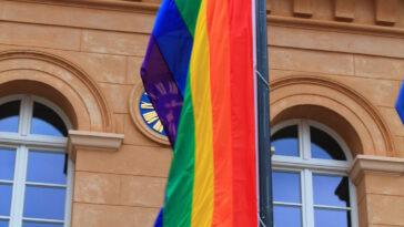 Rathaus Schwerin Regenbogenflagge