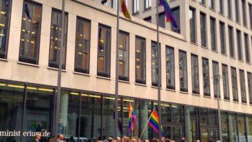 Regenbogenflagge am Familienministerium